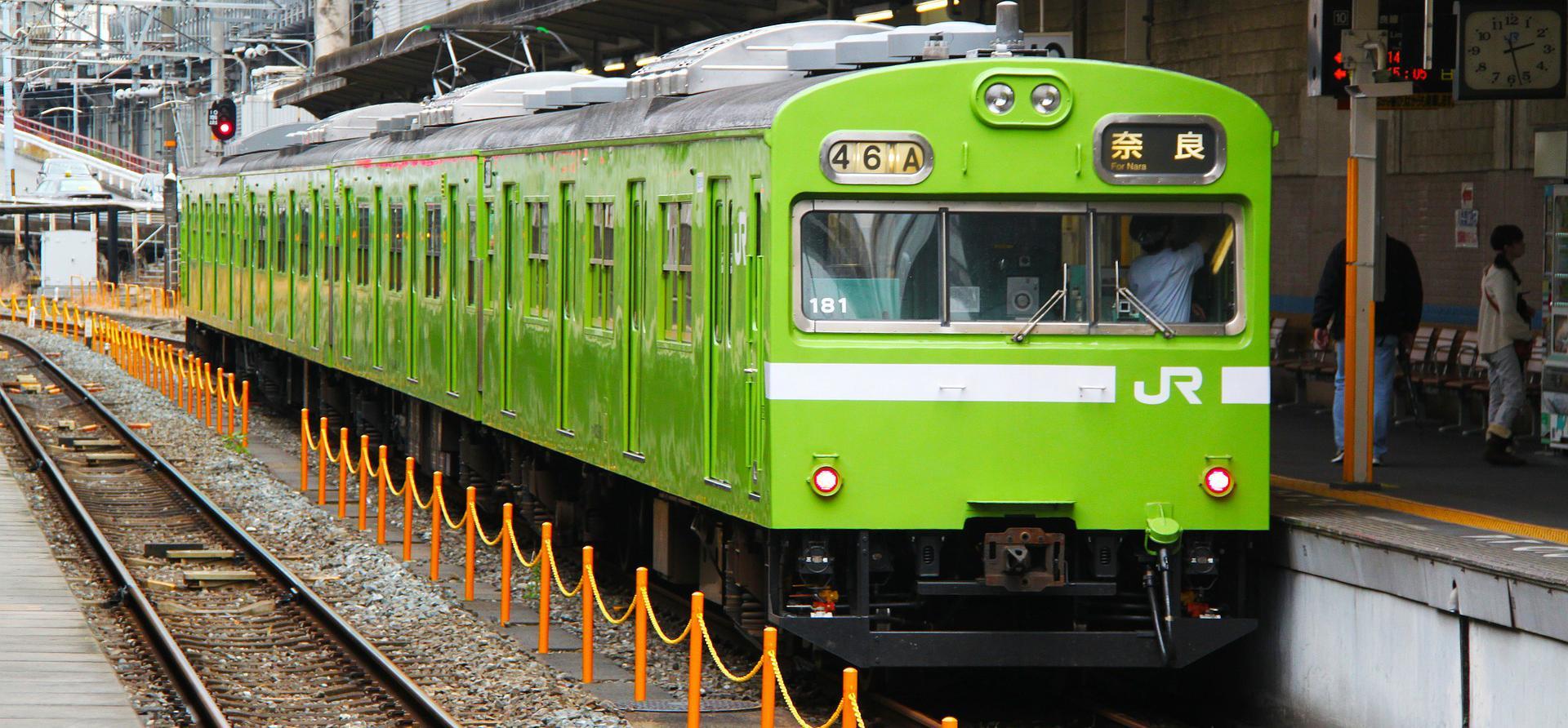 passing green line train - HD1600×1067